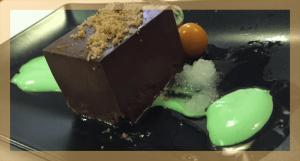 Mousse chocolate con helado de pistacho El Viejo Fogón